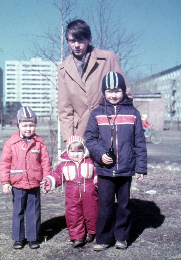 Мы с братом, двоюродной сестрой Светой и дядей Олегом Черкасовым в нашем дворе. Свердловск, возможно май 1981 г.