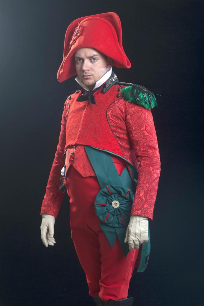 Комическая фигура — Наполеон — появляется в сценах Путча. Стоит объяснить: «Синяя птица» Юханано