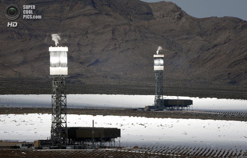 США. Сан-Бернардино, Калифорния. 3 марта. Две из трёх башен системы солнечных электростанций «Ай