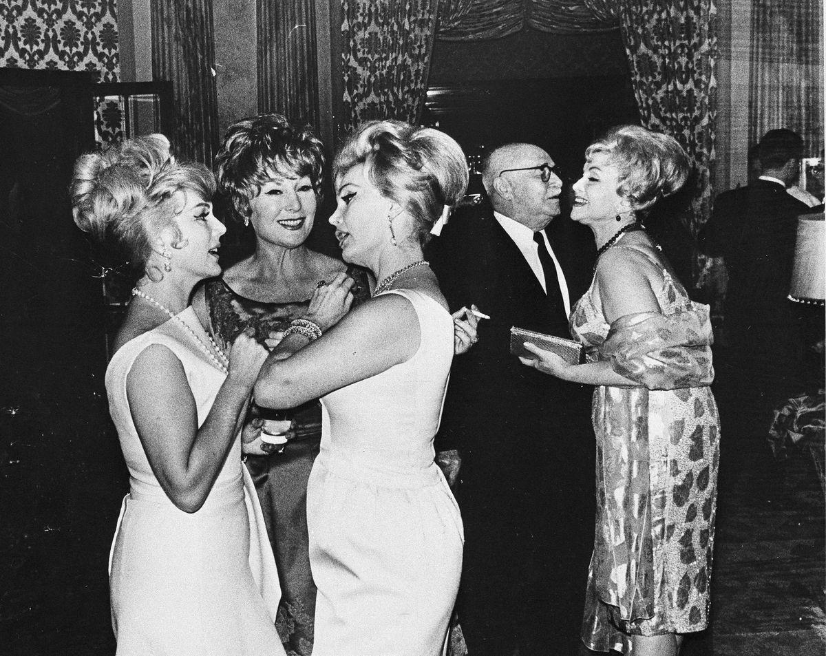Слева направо: сестры Габор — Ева, Магда и Жа Жа — беседуют друг с другом рядом с родителями Джоли и