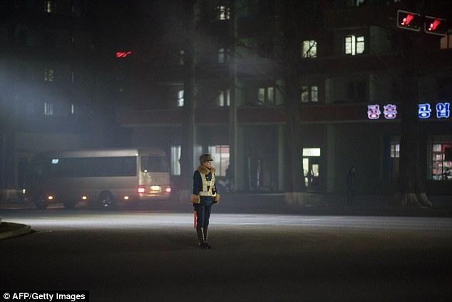 В северокорейскую дорожную полицию выбирают только красивых девушек (9 фото)