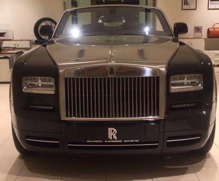 В Санкт-Петербурге мужчина со львенком купил Rolls-Royce