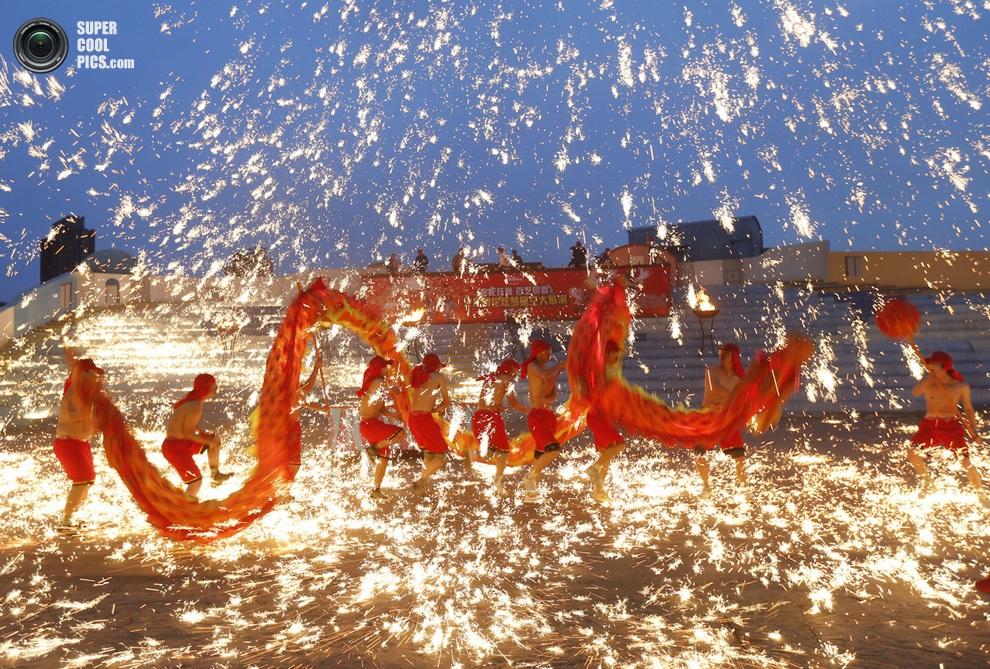 Актёры исполняют танец огненного дракона в Пекине. (REUTERS/Kim Kyung-Hoon)
