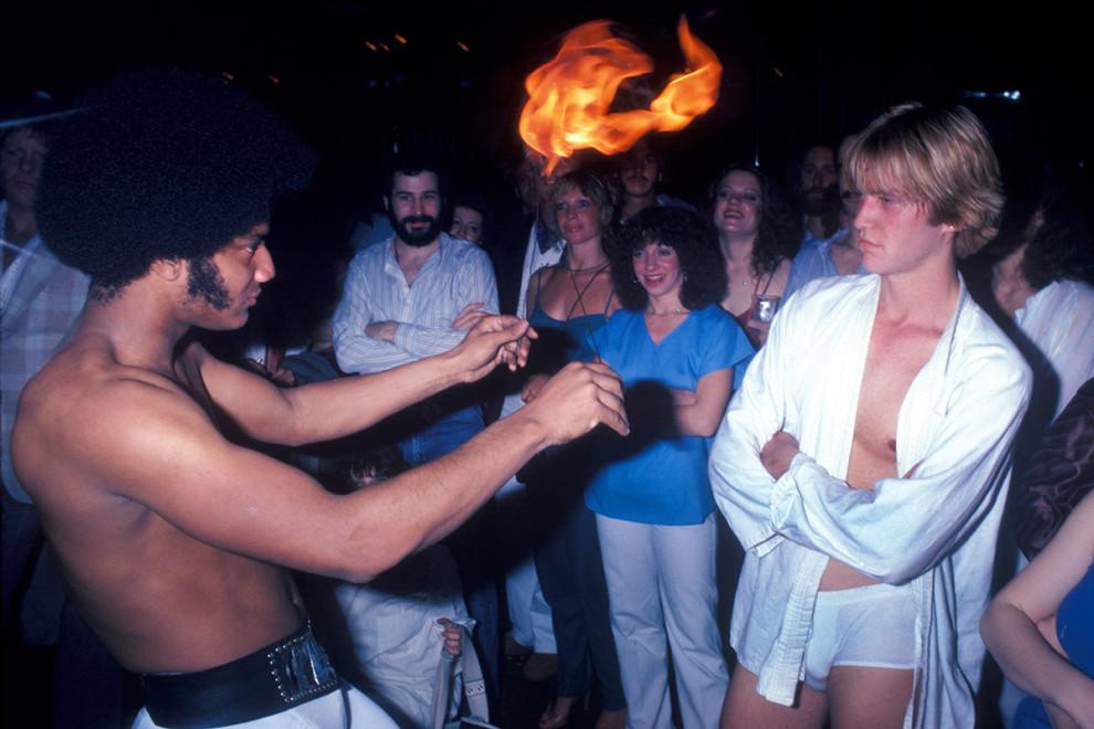 Мужчина выступает с горящими поями в клубе Infinity в Нью-Йорке, 1979 год.