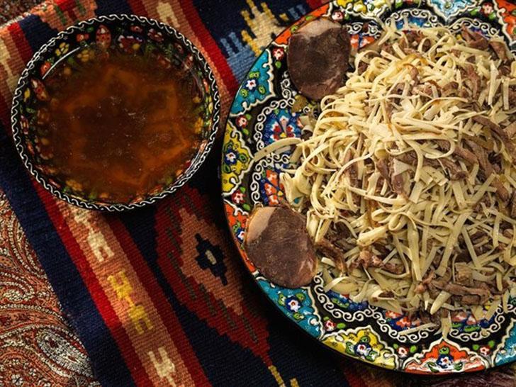 Нарын — это национальное блюдо узбекской кухни из домашней лапши и отварного мяса, которое подается