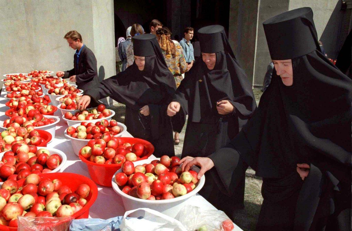 Монахини выбирают яблоки, август 1996 года.