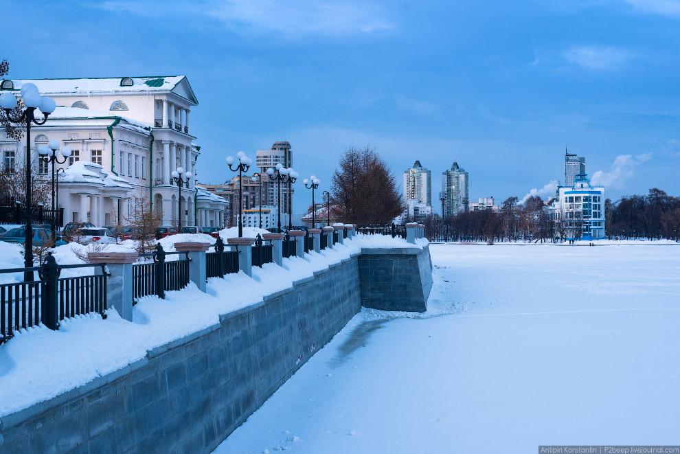 8. Екатеринбург-сити и недавно сданная башня «Исеть» в центре.