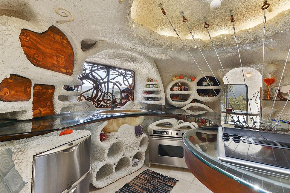 В центре кухни оборудован остров, который крепится к крыше дома, оснащенной окном для проникновения
