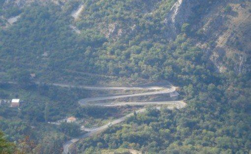 Считающаяся одной из самых красивых дорог, Цетинье-Которская дорога — это извилистая, петляюща