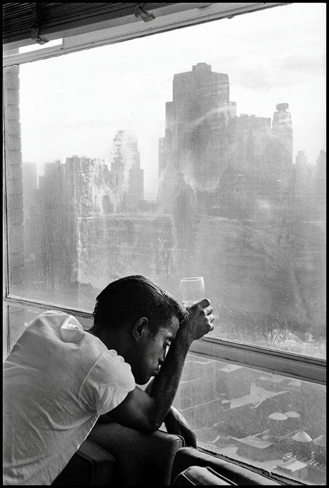 Мужчина курит под Бруклинским мостом, 1955 год.