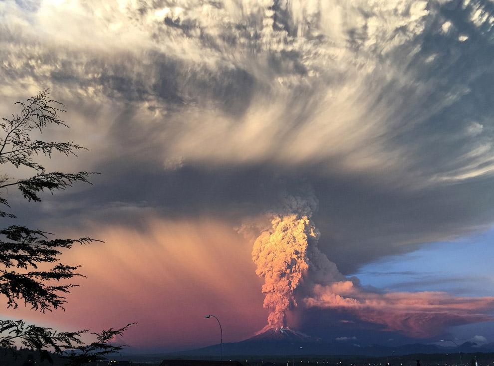 5. Извержение вулкана Кальбуко в Чили, 22 апреля 2015. (Фото Sergio Candia | Reuters):