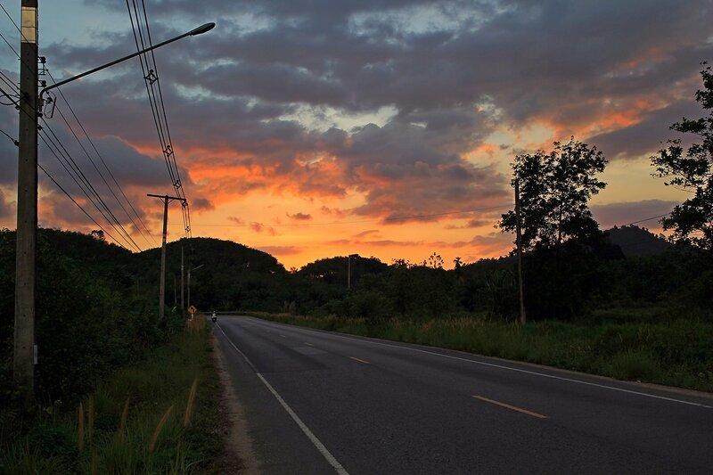Закат в сельской местноти: вид у дороги из Такуа Па в Као Лак, Таиланд