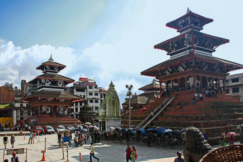 Храмы Маджу Девал (справа) и Трайлокья Мохан Нараян (слева)
