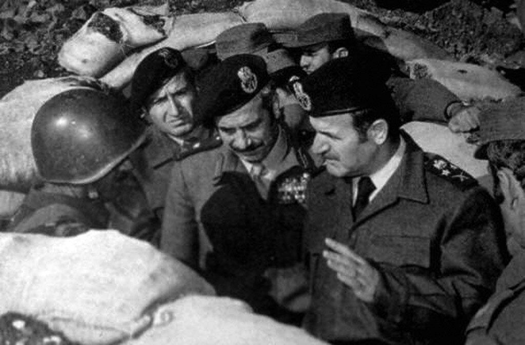 Сирийский президент Хафез Асад (справа), военный министр Мустафа Тлас (в центре) слушают рекомендации военспеца из СССР