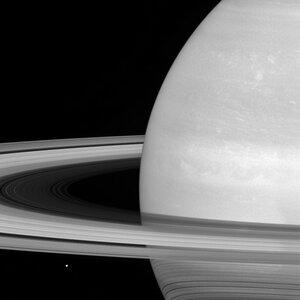 Мимас на фоне колец Сатурна