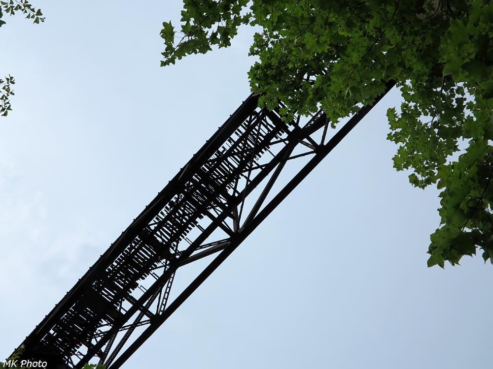 Вид снизу на Ведьмин мост