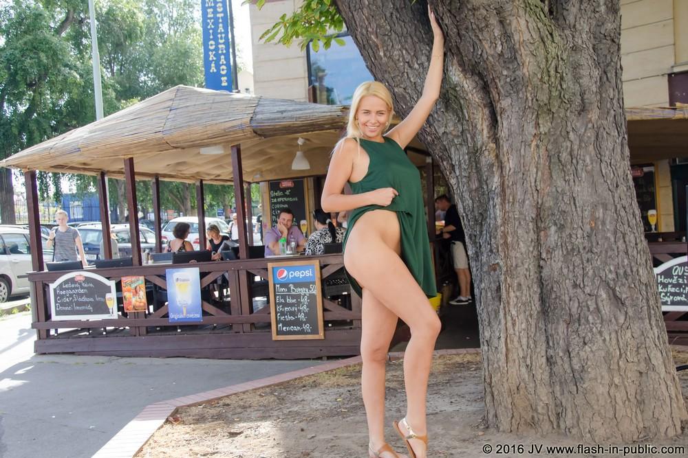 Karolina хулиганит на городских улицах