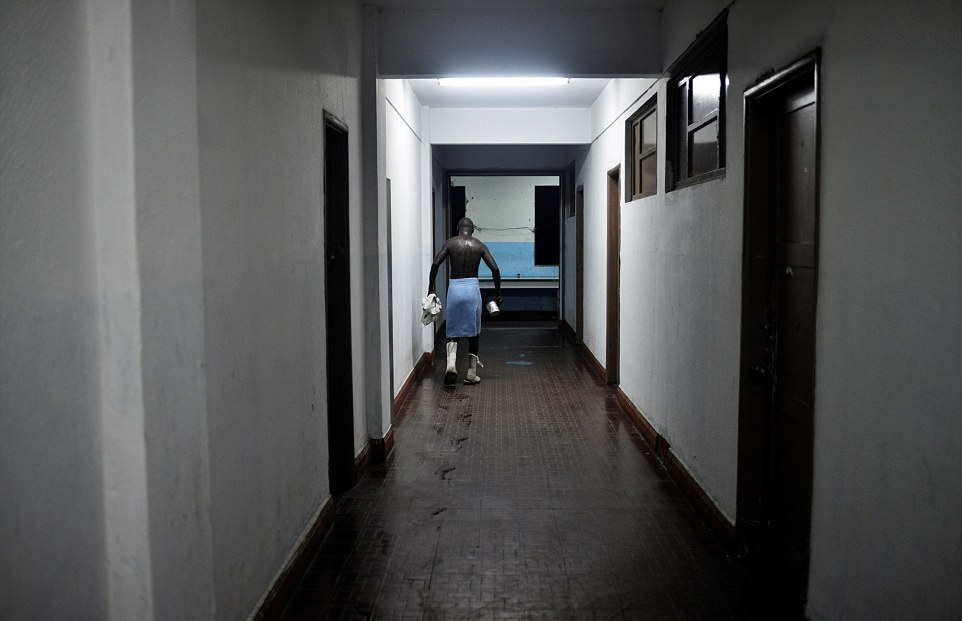 Жизнь в лепрозории: собаки, крысы и проститутки бродят по коридорам заброшенной больницы в Бразилии