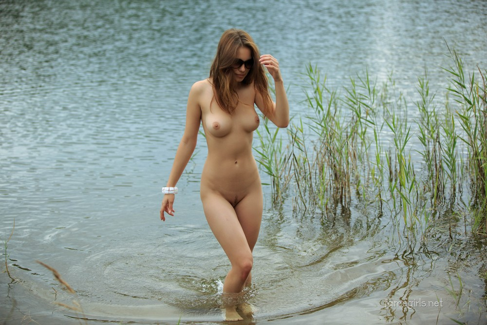 Диана разделась у лесного озера