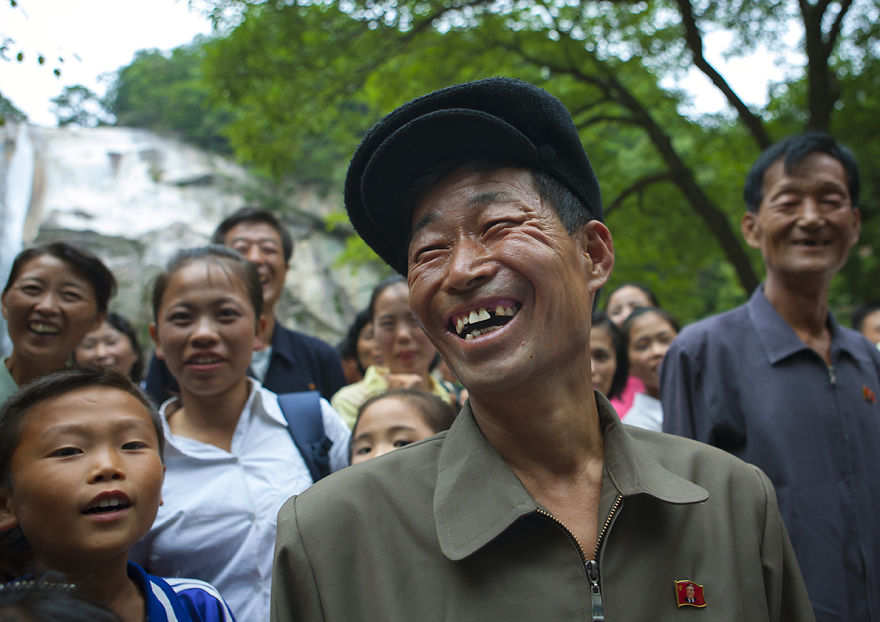 Улыбчивые лица жителей Северной Кореи