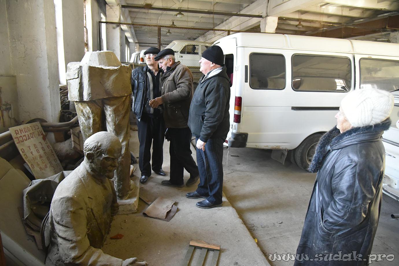 20161205-История со сломанным памятником Ленина в Судаке продолжается