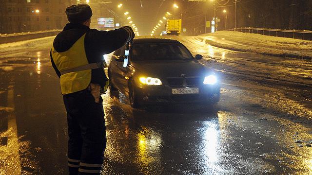 Два автоинспектора скрутили правозащитника иотобрали телефон — СУСК