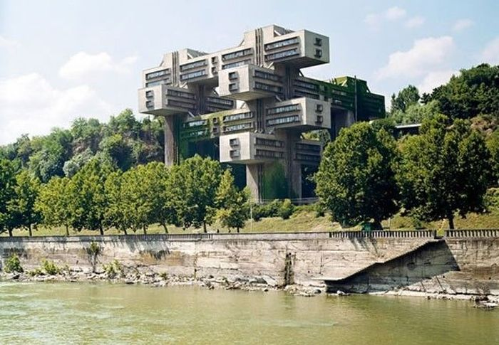 Что выделяет это здание из других высоток? Прежде всего сближение прямоугольной конструктивной основ