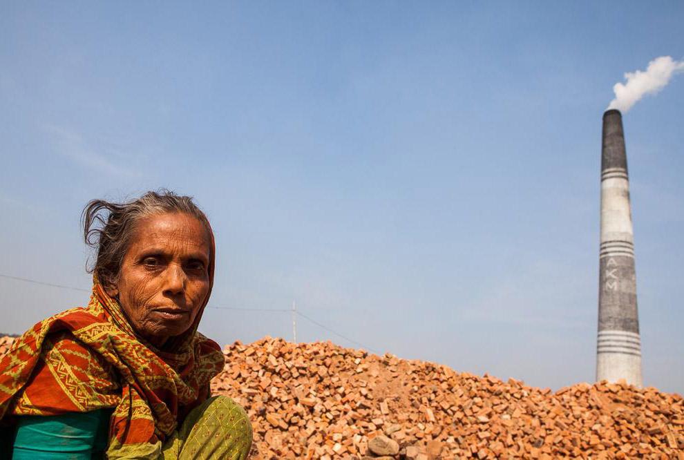 На кирпичных полях Бангладеша можно встретить людей всех возрастов, от самых маленьких детей до