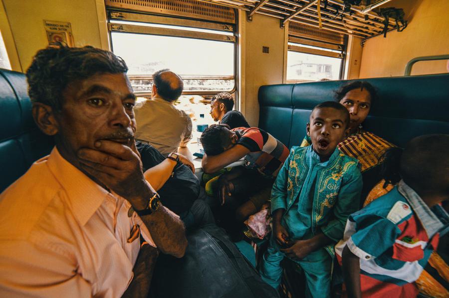 13. В поезде довольно плотно, потому пробираться приходилось активно работая локтема и активно сорьк