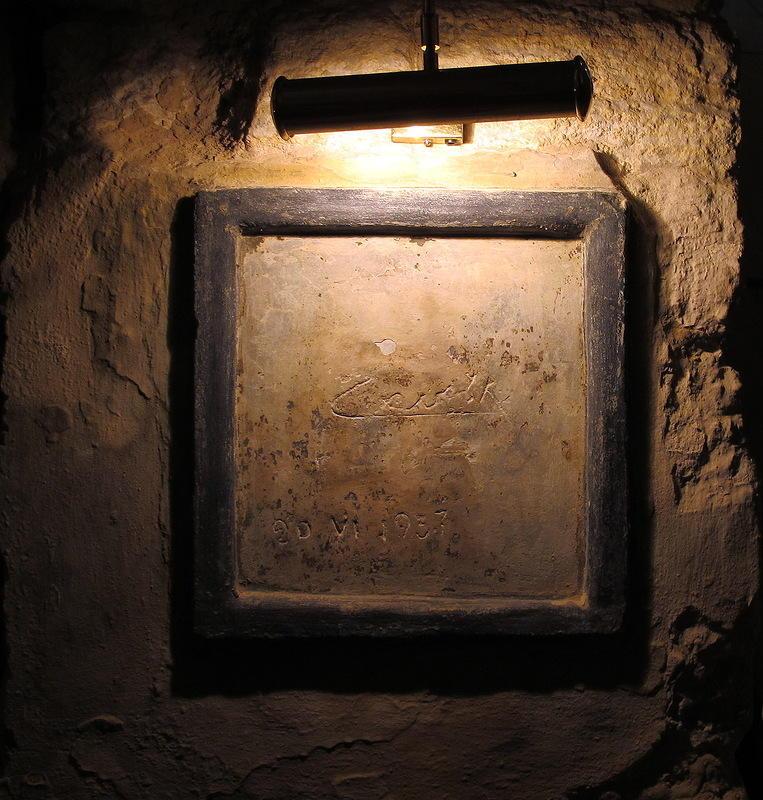 37. Потом мы попали в винные погреба, где стоят бочки без вина для красоты, но есть настоящий автогр