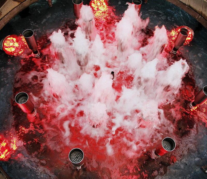 46. Завлек нас внутрь цилиндра наш гид и погрузил в созерцание танцующих струй воды с подсветкой &#8