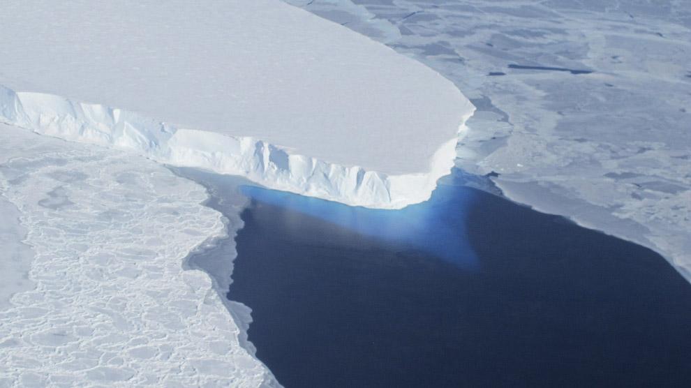 Гигантский айсберг B-31, размером с Сингапур, отколовшийся в ноябре 2013 года от ледника Пайн-А