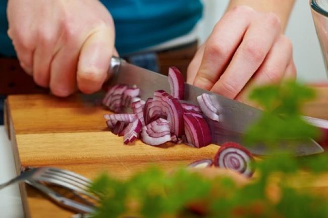 © EAST NEWS  Часто после нарезки лука или чеснока наруках остается неприятный запах. Чтобы из