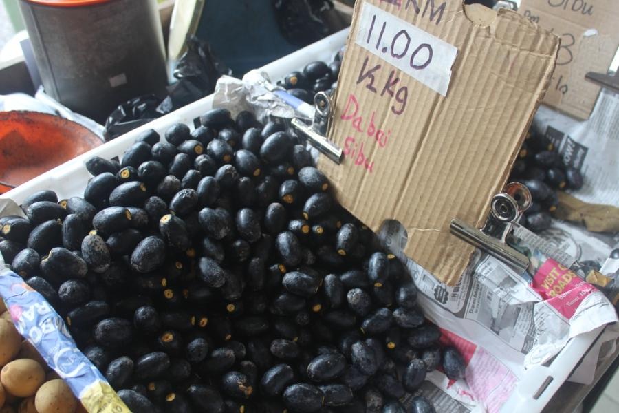 И снова в нашем хит-параде остров Борнео. Этот фрукт в сезон там продается в сезон повсеместно, но с