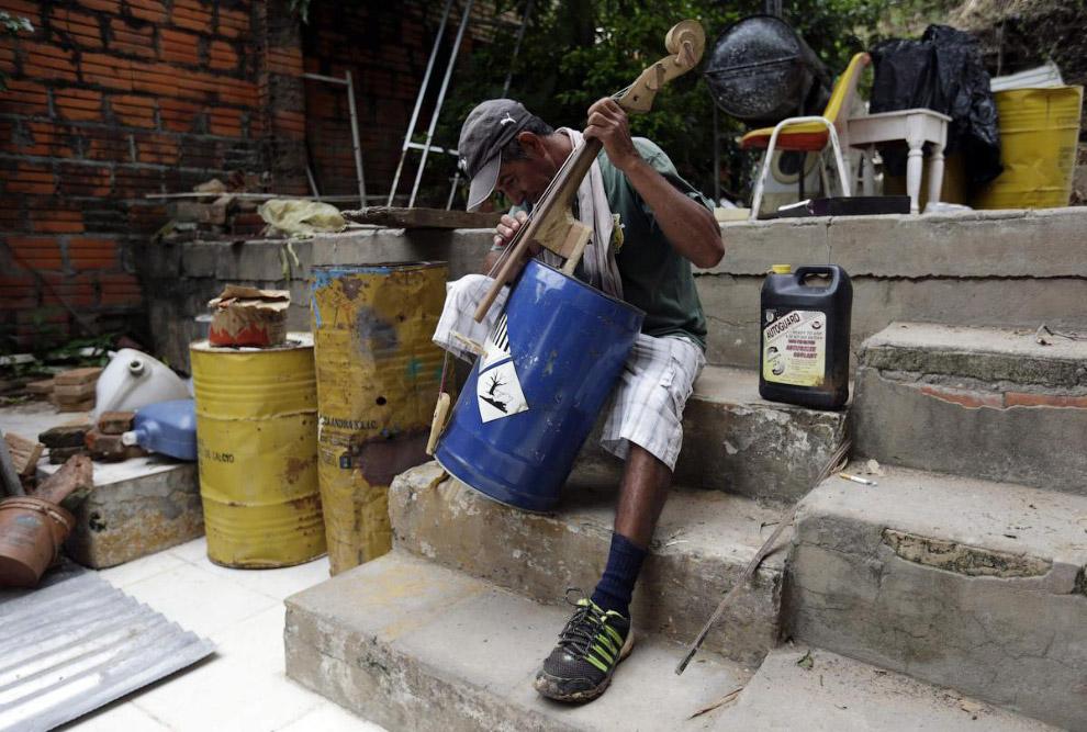 4. С помощью баррелей нефти можно оградить тротуарную часть. (Фото Jose Cabezas | Reuters):