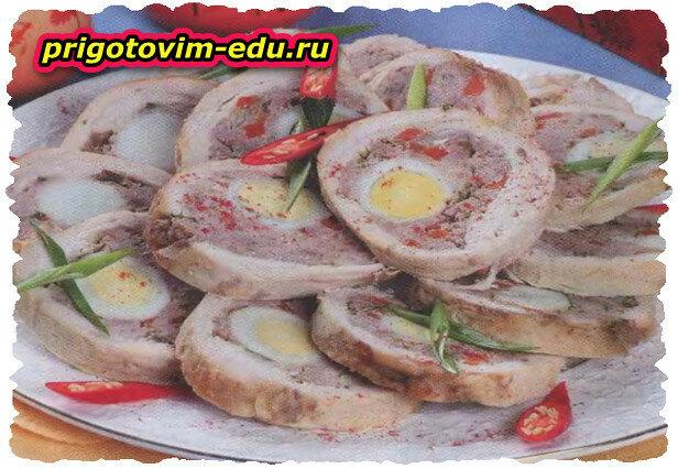 Мясной рулет с перепелиными яйцами