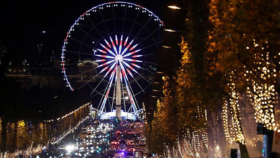 Рождественская иллюминация на Елисейских Полях в центре Парижа, Франция