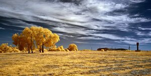 Пейзаж с водонапорной башней. Инфракрасная фотография.