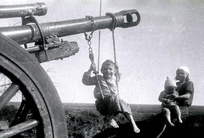 historical-children-playing-photography-112-58ac0e02ae47c__700.jpg