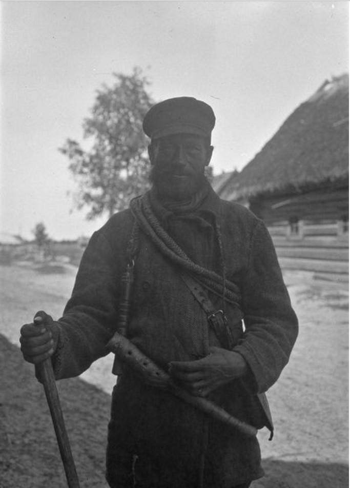Усть-Луга. Пастух готовится к работе в ночное время