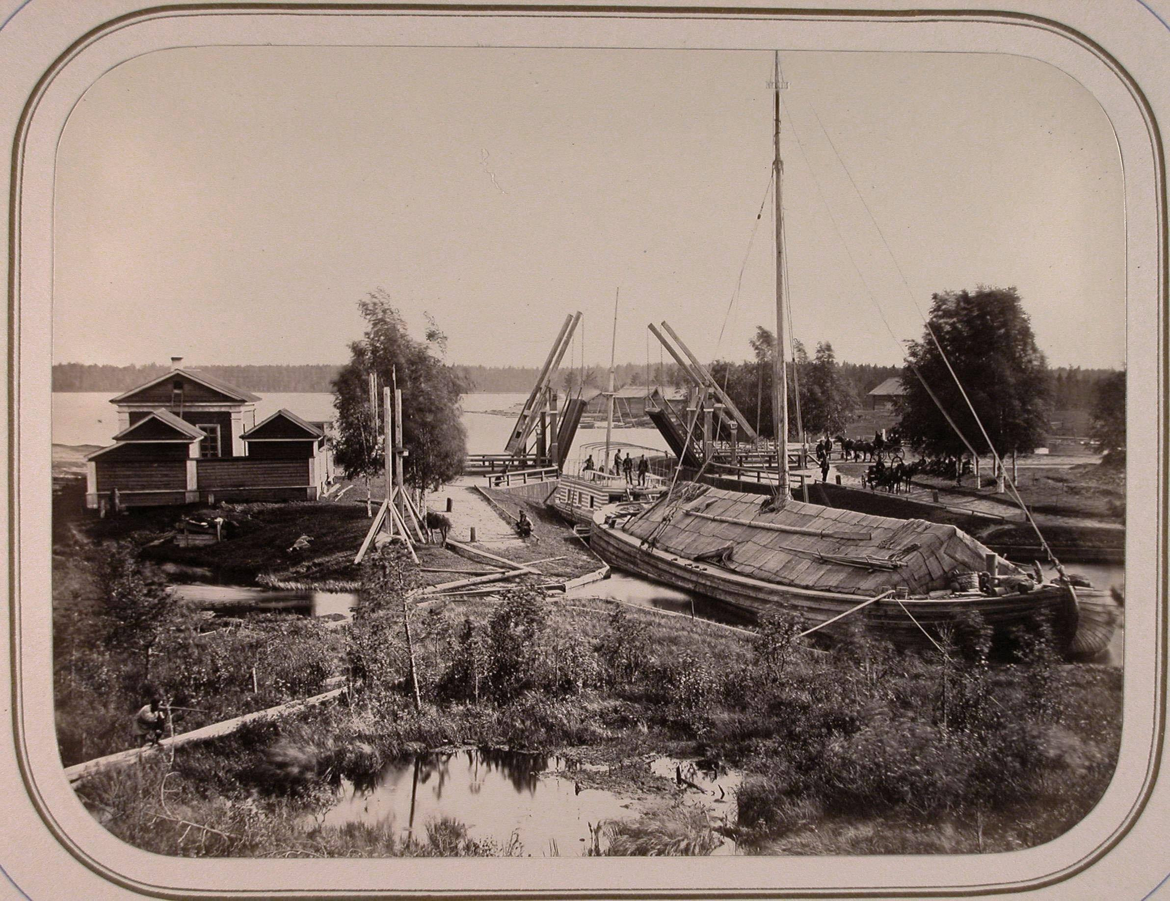 Вид одного из шлюзов и разводного моста через реку Вытегру