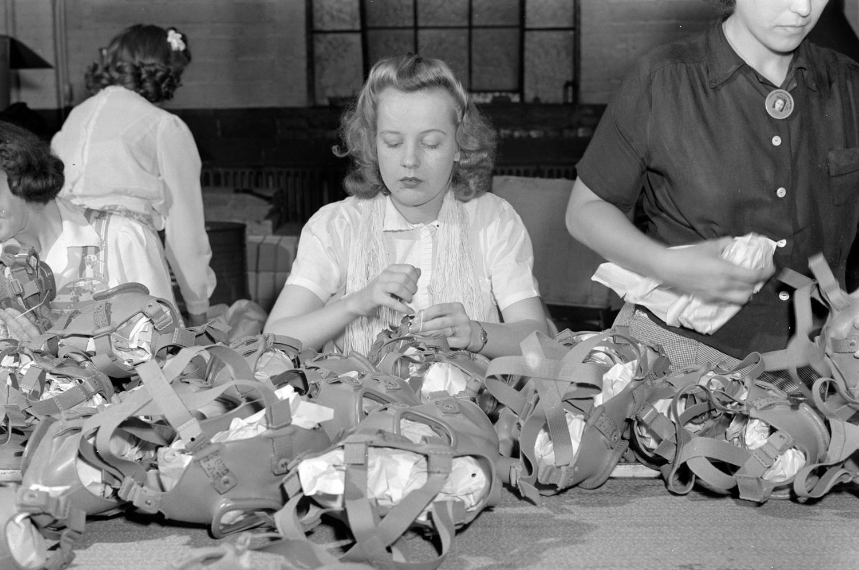 1942. Производство противогазов