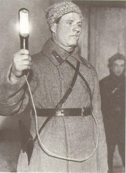 Милиционер-регулировщик с новым жезлом-фонарем. Харьков, 1932 г..jpg