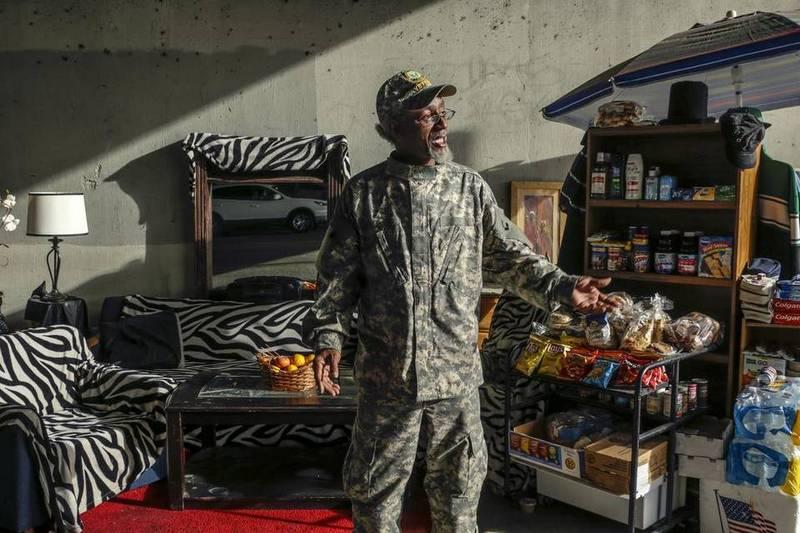 Бомж превратил пешеходный переход в личные апартаменты