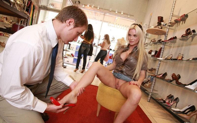 Голая Девушка В Обувном Магазине Онлайн