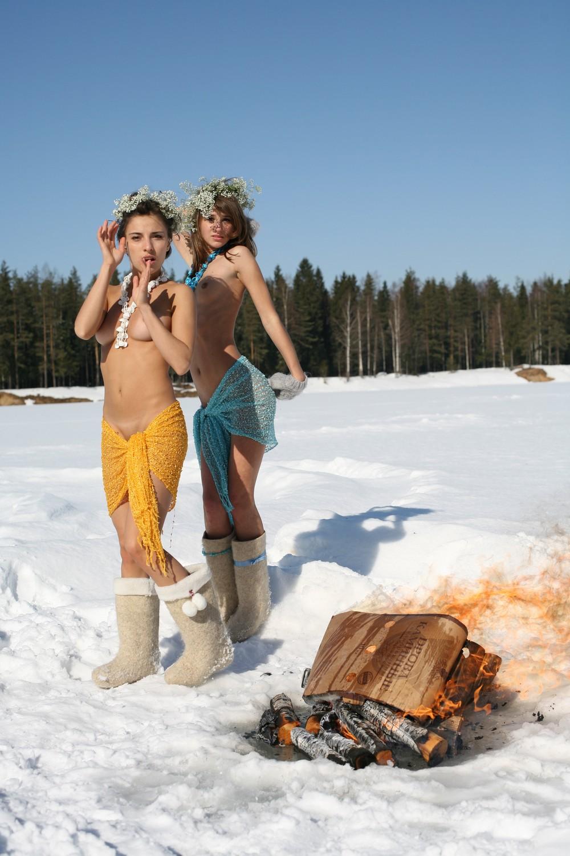 Катя и Инна зимой возле костра