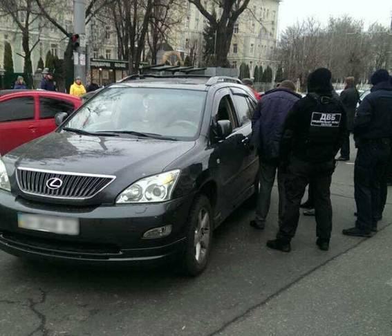 Задержаны двое полицейских, экс-сотрудник прокуратуры и адвокат, вымогавшие взятку у переселенки. ФОТОрепортаж+ВИДЕО