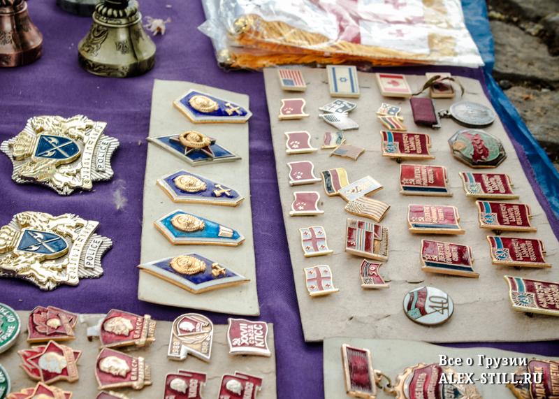 На блошином рынке продается много старых вещей