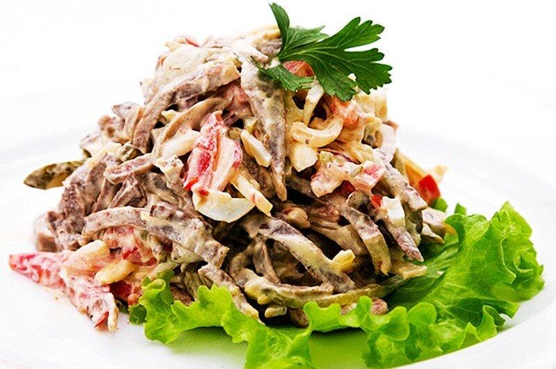 Праздничный салат из свиного языка с грибами