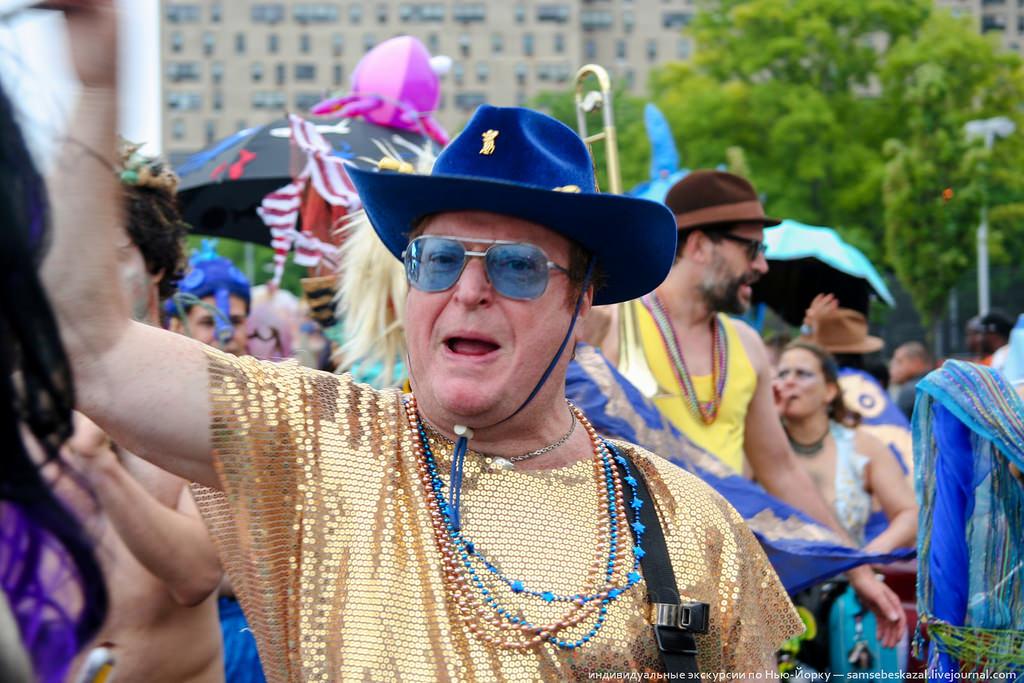 32. Человек в золоте и ковбойской шляпе, кричавший что-то, что я не понял.